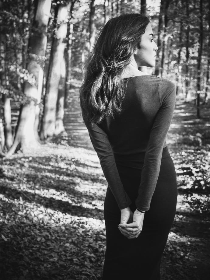 Porträt Rücken Frau im Wald Schwarzweiss