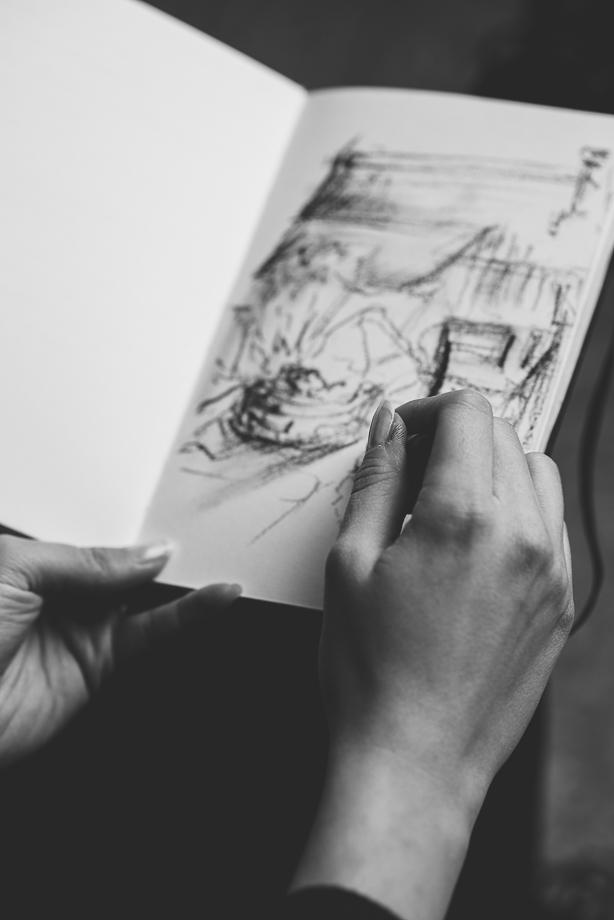 zeichnende Hand schwarzweiss